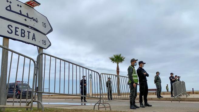 Agentes marroquíes de la Policía y de Fuerzas Auxiliares custodian uno de los pasos fronterizos de Fnideq (Castillejos) con Ceuta.
