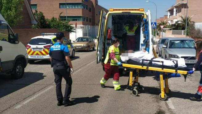 Momento en el que el hombre es trasladado en ambulancia.