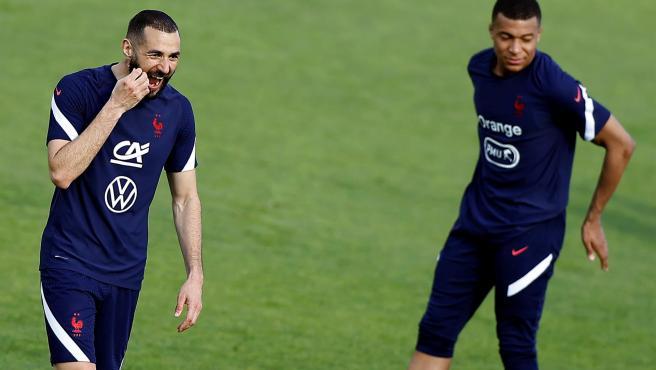 Benzema y Mbappé se entrenan con la selección de Francia.