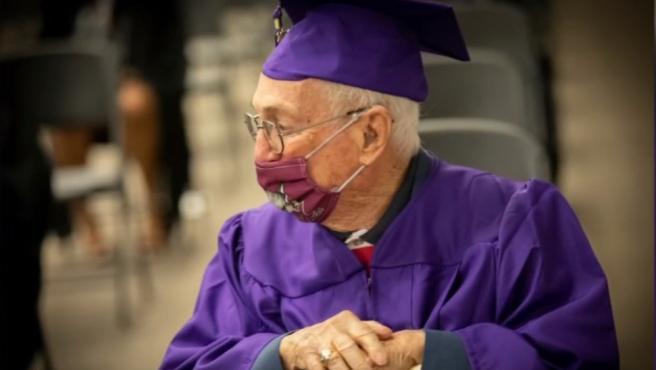 Termina a los 97 años la carrera universitaria