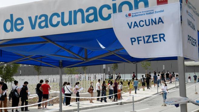 La zona de espera para recibir la vacuna de Astrazeneca en el Zendal, con gran afluencia de público este lunes. Al lado, la de Pfizer, vacía.