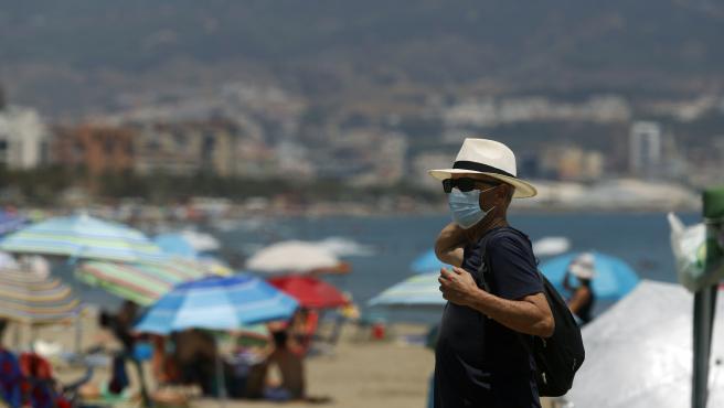 MLG 15-07-2020.-Bañistas disfrutan del día en la playa después que el gobierno andaluz decretara el uso de la mascarilla obligatorio en todos los espacios, en las imágenes dichos bañistas en la playa de la Misericor