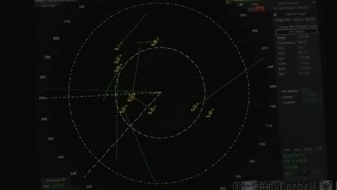Ovnis rodeando un barco de guerra, en una pantalla de radar.