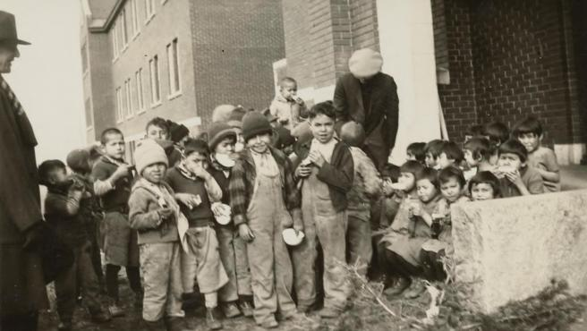 Un grupo de niños en la escuela residencial para niños indígenas de Kamloops, en Columbia Británica, Canadá, en 1931.