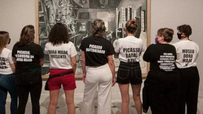 Estudiantes de arte y feminismo protestando en el museo Picasso.