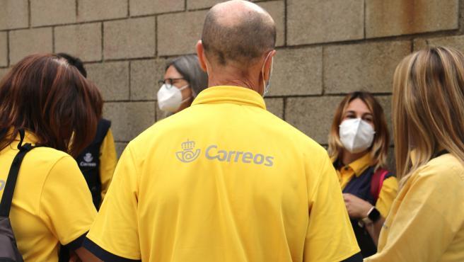 Trabajadores de Corres de Sabadell durante la mediación entre los representantes de los empleados y la empresa.