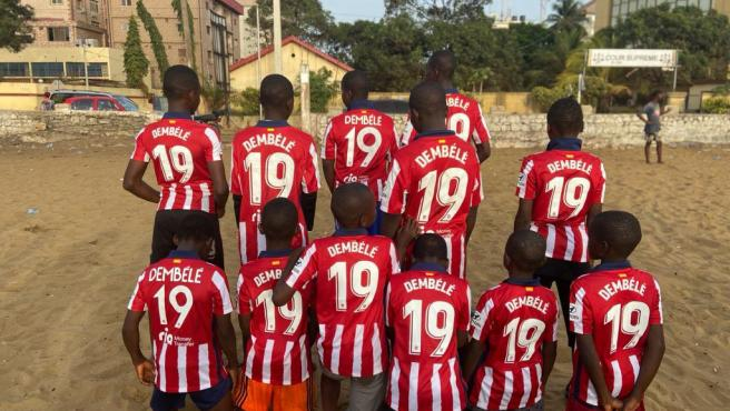 Children from Conakry wearing the Moussa Dembélé shirt.