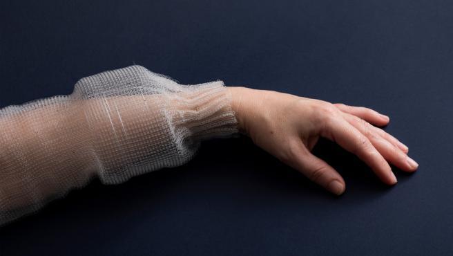La fibra se cose por dentro de las prendas de ropa.