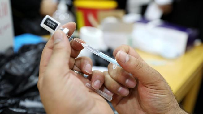 Un trabajador sanitario prepara una dosis de la vacuna de Pfizer contra la covid-19 en Hebrón, Cisjordania.