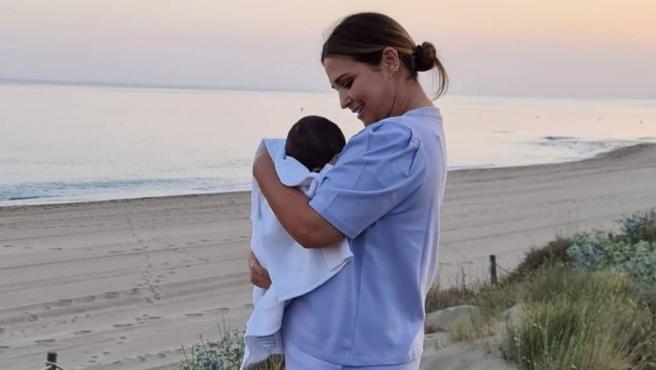 Paula Echevarría posa junto a su hijo Miki en una playa de Marbella.