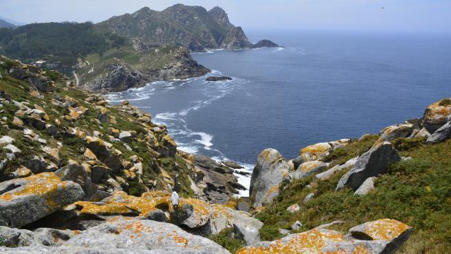 Son un auténtico paraíso natural en la provincia de Pontevedra. Destacan por sus playas de arena fina y sus aguas de color turquesa. El acceso está limitado, pero merece mucho la pena contemplar estas islas tan bonitas.