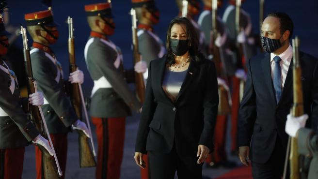 The Vice President of the United States, Kamala Harris, together with the Guatemalan Foreign Minister, Pedro Brolo, after landing in Guatemala City.