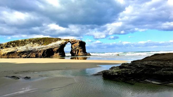 Es sin duda una de las playas más bonitas de Galicia y la más famosa. El viento y el agua han ido modelando estos acantilados, formando bóvedas y arcos de una gran belleza. El entorno es, desde luego, espectacular.