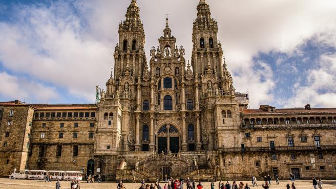 No se entiende Galicia sin el Camino de Santiago y este, por supuesto, termina en la espectacular catedral de Santiago de Compostela. Un edificio formidable con su magnífica fachada del Obradoiro y con su mítico botafumeiro.