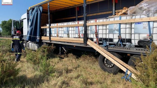 Sucesos.- Un camión que transportaba sustancias peligrosas se sale de la vía en la AP-7, en Benicarló
