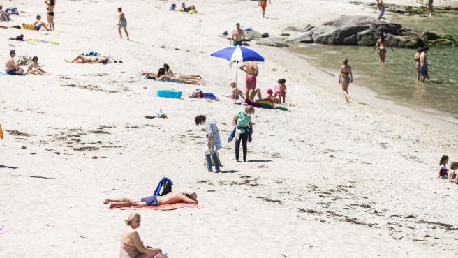 Varias personas se bañan y toman el sol en una playa del municipio de Marín, a 5 de junio de 2021, en Marín, Pontevedra, Galicia, (España).