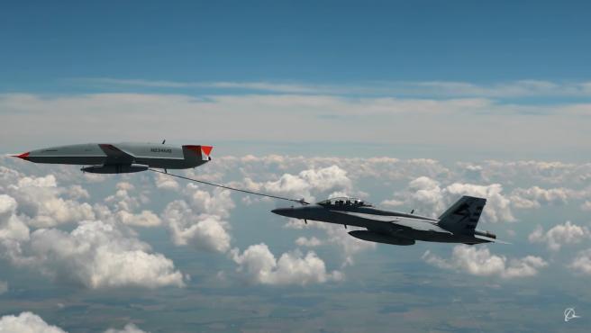 La Armada de los Estados Unidos y Boeing han demostrado que el reabastecimiento en el aire es posible. Durante un vuelo de prueba, emplearon una aeronave UCAM MQ-25 T1 que extendió una manguera para transferir de manera segura combustible al avión de caza F/A-18 Super Hornet en mitad del vuelo.