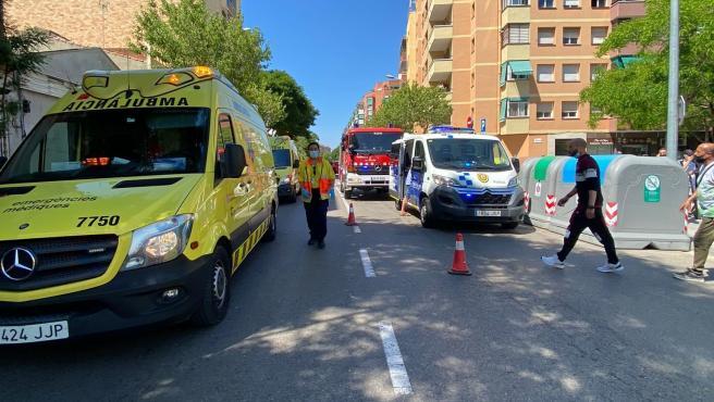 Ambulancia del SEM en el lugar del atropello en el Prat.