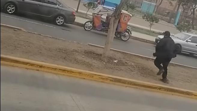 Autobusero sale corriendo para ir a votar en Perú.