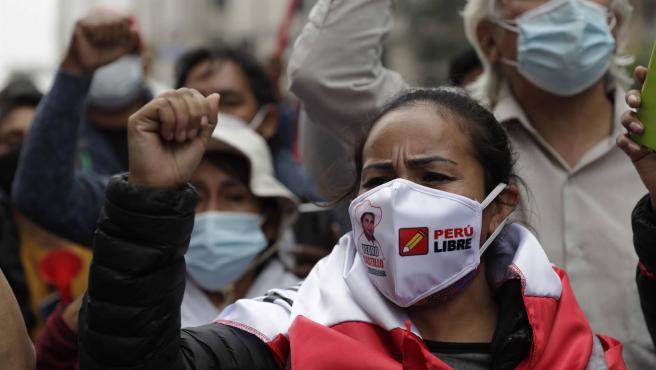 Simpatizantes del candidato Pedro Castillo esperan en Lima los resultados finales de las elecciones presidenciales en Perú.