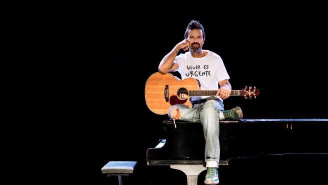 Pau Donés con su camiseta en un concierto.