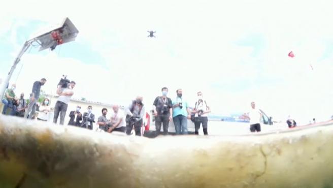 Nuevas imágenes bajo el agua muestran la amenaza del moco marino en el ecosistema del mar de Mármara, en Turquía. La masa gelatinosa formada por microorganismos se ha extendido al sur de Estambul. Ha inundado de color grisáceo el puerto y la costa. Aunque no es peligrosa para los humanos, actúa de forma asfixiante para el ecosistema del lecho marino.
