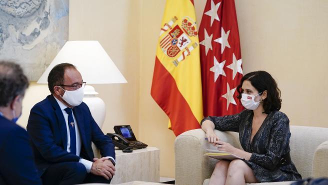 La presidenta de la Comunidad de Madrid, Isabel Díaz Ayuso, reunida con el embajador de España ante la Unesco.
