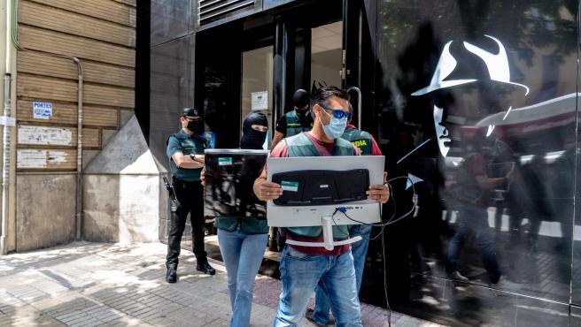Agentes de la Guardia Civil durante el registro de una tienda de espionaje en Sevilla.