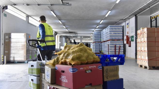Un voluntario colaborando en un banco de alimentos.
