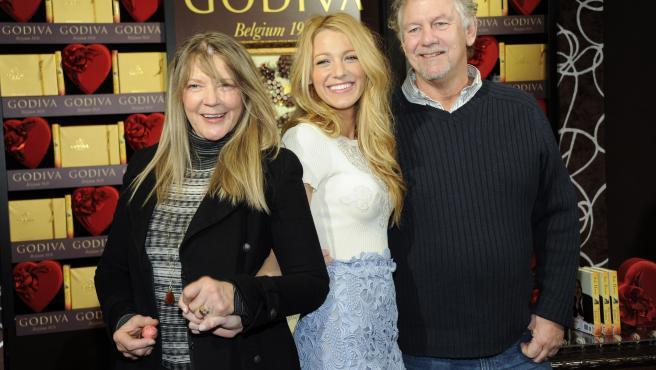 Blake Lively junto a sus padres, Elaine y Ernie, en 2012