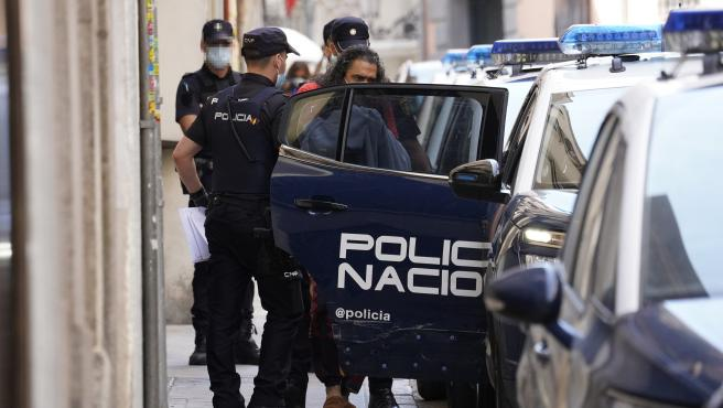 'El Cigala' saliendo detenido de comisaría de camino al juzgado.