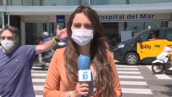 El momento del gesto del hombre a la reportera de Telecinco.