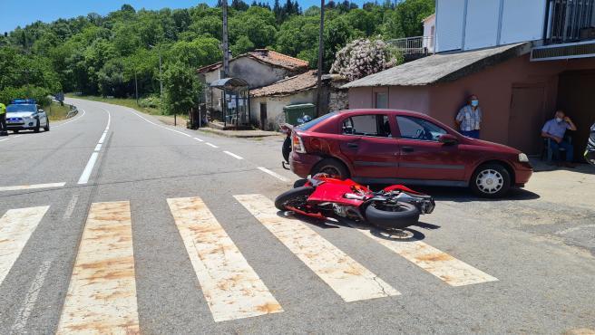 Herido un motorista tras chocar un turismo y una moto en Riós (Ourense)