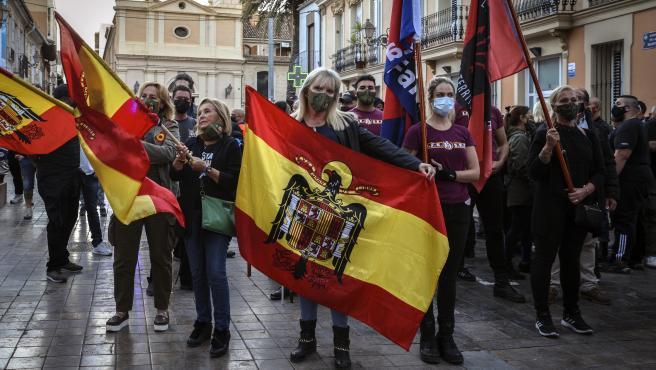 Multan con 4.000 euros a dos participantes en la marcha de España 2000 en Benimaclet por exhibir banderas franquistas