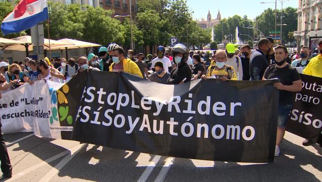 """Riders se manifiestan a las puertas del Congreso al grito de """"Yolanda dimisión"""""""