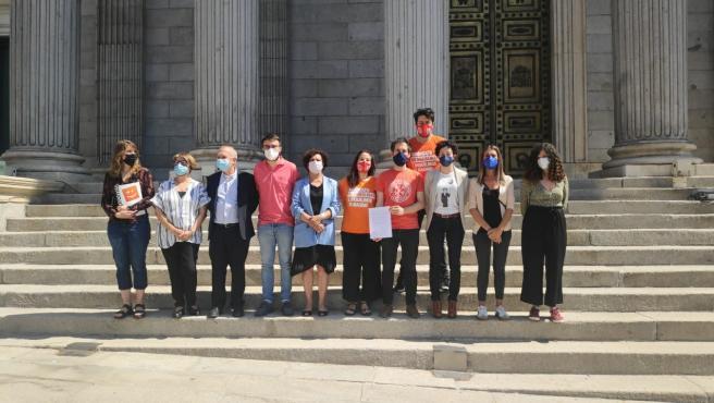 Portavoces del Sindicato de Inquilinos y de varios grupos parlamentarios este jueves frente al Congreso.