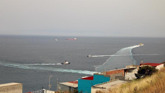 Lanchas de la Guardia Civil se acercan al buque Ángeles Alvariño, durante la búsqueda de las niñas Olivia y Anna en Tenerife.