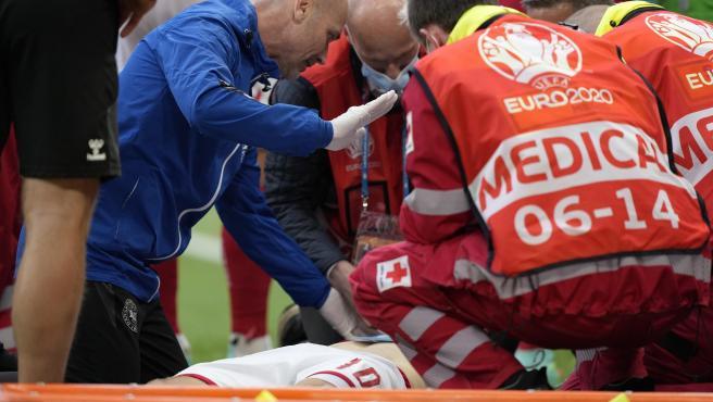 Los médicos atienden a Christian Eriksen sobre el terreno de juego.