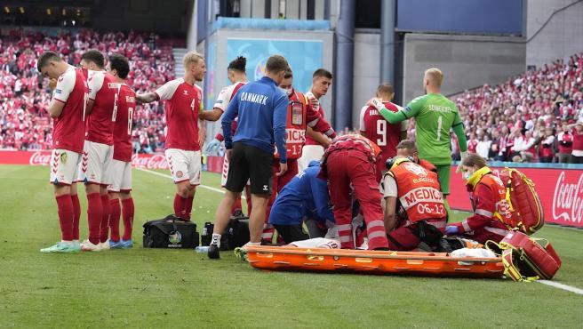 Christian Eriksen es estabilizado por el equipo médico tras desplomarse en el Dinamarca-Finlandia.