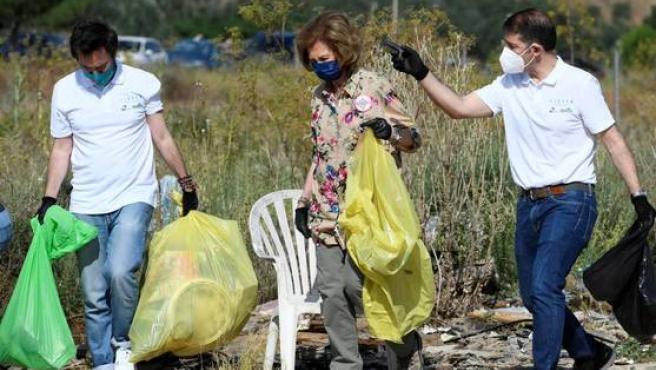 La reina Sofía recogiendo basura.