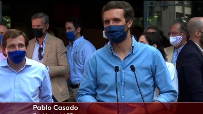 """Interrumpen la rueda de prensa del líder del PP para gritarle: """"Pablo Casado nos has abandonado""""."""