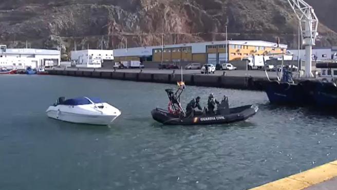 La Guardia Civil remolca la lancha de Tomás Gimeno.