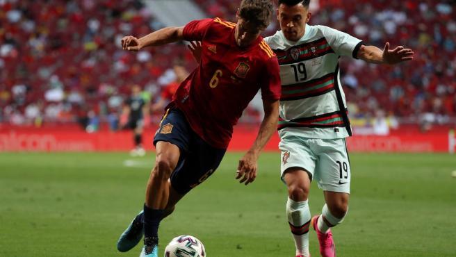 Marcos Llorente disputa un balón con la selección española.