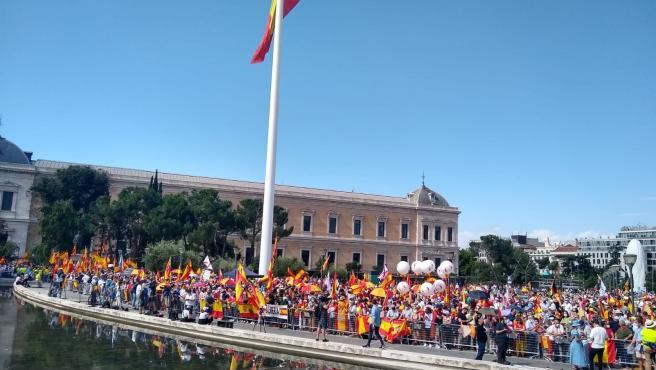 Más de mil personas se concentran ya desde las 11.00 horas en la madrileña Plaza de Colón.