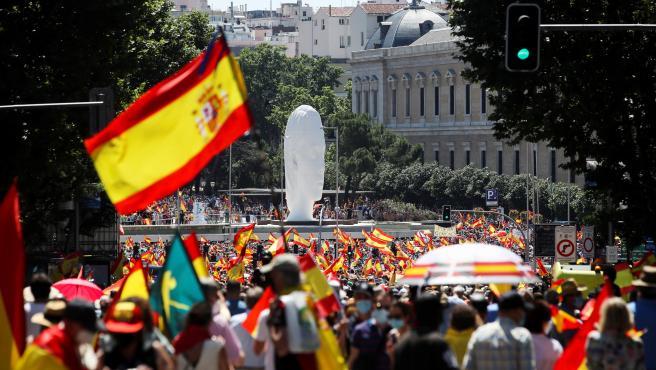 Miles de personas ataviadas con banderas de España rechazan los indultos a los presos del 'procés' en la Plaza de Colón este domingo.