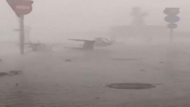 Calles cortadas, árboles caídos, tejados arrancados, sillas volando o inundaciones, entre las numerosas incidencias que ocasionó este domingo una fuerte tormenta, con viento huracanado, en Ourense.