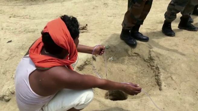 Un niño queda atrapado en un pozo en la India.