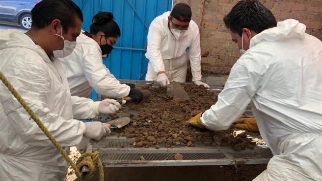 Antropólogos y arqueólogos forenses en el estado de México (México).