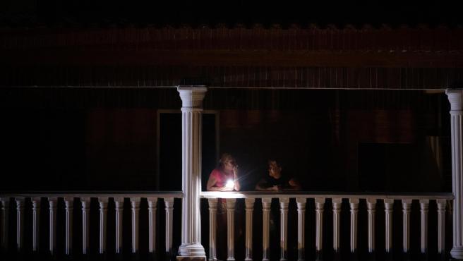 Dos mujeres en un balcón en Caracas, durante un apagón en la capital de Venezuela.