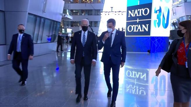"""Biden y Sánchez mantienen un """"primer contacto"""" en la OTAN"""